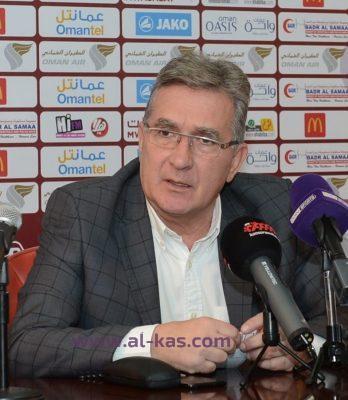 مدرب منتخب عمان يتبرع بجزء من راتبه