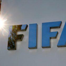 فيفا يمدد عقود اللاعبين ويطالب الأندية واللاعبين بالعمل معا على تخفيض الأجور